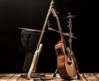 μουσικά όργανα, ακουστική κιθάρα και βαθιά κιθάρα και τύμπανα οργάνων κρούσης Στοκ Εικόνα