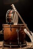 μουσικά όργανα, βαθιά κιθάρα Bochka τυμπάνων βαθιά σε ένα μαύρο υπόβαθρο Στοκ φωτογραφίες με δικαίωμα ελεύθερης χρήσης