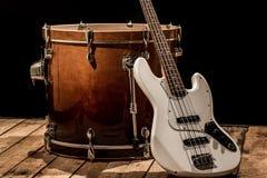 μουσικά όργανα, βαθιά κιθάρα Bochka τυμπάνων βαθιά σε ένα μαύρο υπόβαθρο Στοκ εικόνα με δικαίωμα ελεύθερης χρήσης