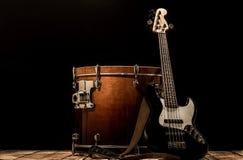 μουσικά όργανα, βαθιά κιθάρα Bochka τυμπάνων βαθιά σε ένα μαύρο υπόβαθρο Στοκ φωτογραφία με δικαίωμα ελεύθερης χρήσης