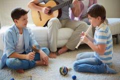 Μουσικά όργανα παιχνιδιού Στοκ φωτογραφία με δικαίωμα ελεύθερης χρήσης