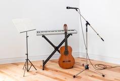 Μουσικά όργανα σε ένα δωμάτιο Στοκ Εικόνες