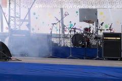Μουσικά όργανα στη σκηνή σε μια αίθουσα συναυλιών Στοκ Φωτογραφίες