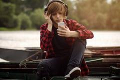 μουσική ακούσματος αγοριών στοκ εικόνες