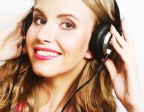 μουσική ακούσματος ακουστικών στη γυναίκα Στοκ φωτογραφία με δικαίωμα ελεύθερης χρήσης