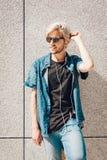 Μουσική ακούσματος ατόμων Hipster μέσω των ακουστικών Στοκ φωτογραφία με δικαίωμα ελεύθερης χρήσης