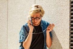 Μουσική ακούσματος ατόμων Hipster μέσω των ακουστικών Στοκ Εικόνες