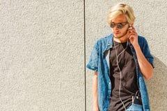 Μουσική ακούσματος ατόμων Hipster μέσω των ακουστικών Στοκ Φωτογραφίες