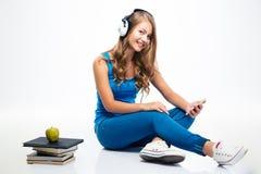 Μουσική ακούσματος γυναικών στα ακουστικά στο smartphone στοκ φωτογραφία με δικαίωμα ελεύθερης χρήσης