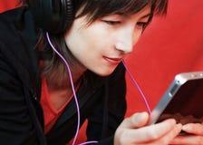 Μουσική ακούσματος γυναικών Στοκ φωτογραφία με δικαίωμα ελεύθερης χρήσης