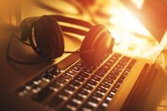 Μουσική ακούσματος εργαζόμενος στοκ εικόνα με δικαίωμα ελεύθερης χρήσης