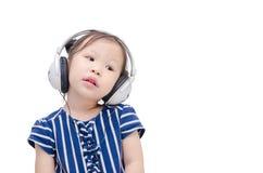 Μουσική ακούσματος κοριτσιών από το ακουστικό Στοκ φωτογραφία με δικαίωμα ελεύθερης χρήσης