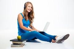 Μουσική ακούσματος κοριτσιών στα ακουστικά στο πάτωμα στοκ εικόνα με δικαίωμα ελεύθερης χρήσης