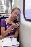Μουσική ακούσματος κοριτσιών στο τραίνο Στοκ Φωτογραφία