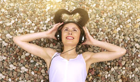 μουσική ακούσματος κοριτσιών Στοκ φωτογραφία με δικαίωμα ελεύθερης χρήσης