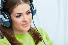 Μουσική ακούσματος κοριτσιών Στοκ εικόνα με δικαίωμα ελεύθερης χρήσης