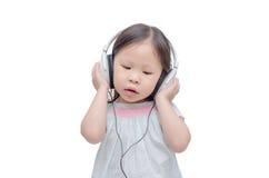Μουσική ακούσματος μικρών κοριτσιών από το ακουστικό Στοκ Φωτογραφία
