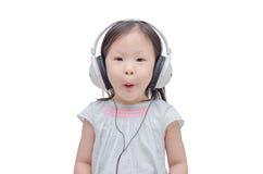 Μουσική ακούσματος μικρών κοριτσιών από το ακουστικό Στοκ εικόνες με δικαίωμα ελεύθερης χρήσης