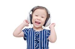 Μουσική ακούσματος μικρών κοριτσιών από το ακουστικό Στοκ φωτογραφία με δικαίωμα ελεύθερης χρήσης