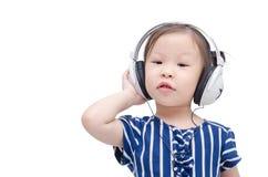 Μουσική ακούσματος μικρών κοριτσιών από το ακουστικό Στοκ Εικόνες