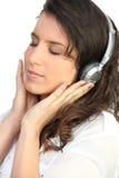 μουσική ακούσματος στη γυναίκα Στοκ Εικόνες