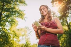 Μουσική ακούσματος στη φύση Στοκ φωτογραφίες με δικαίωμα ελεύθερης χρήσης