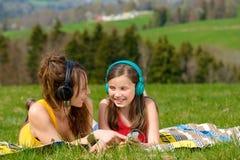 Μουσική ακούσματος Mom και κορών στοκ εικόνα