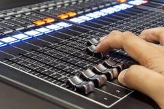 Μουσική αναμικτών στο στούντιο , επαγγελματικός υγιής μηχανικός Στοκ Φωτογραφίες
