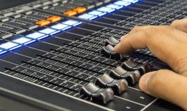 Μουσική αναμικτών στο στούντιο , επαγγελματικός υγιής μηχανικός Στοκ Εικόνα