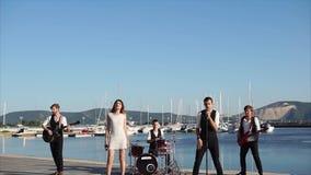 Μουσική απόδοση στο λιμάνι απόθεμα βίντεο
