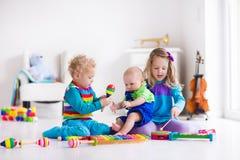 Μουσική για τα παιδιά, παιδιά με τα όργανα Στοκ Φωτογραφία