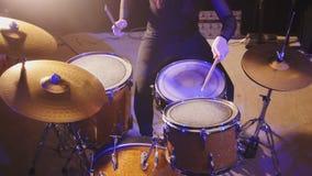 Μουσική λεσχών νύχτας - ο αισθησιακός ορμώντας τυμπανιστής κρούσης κοριτσιών εκτελεί το βράχο Στοκ εικόνα με δικαίωμα ελεύθερης χρήσης