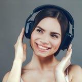 μουσική Η νέα ενήλικη γυναίκα ομορφιάς ακούει μουσική Στοκ Φωτογραφία