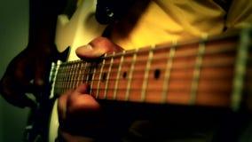 Μουσική κιθάρων παιχνιδιού φιλμ μικρού μήκους