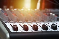 Μουσική κινηματογράφηση σε πρώτο πλάνο ενισχυτών σε ένα υπόβαθρο των ομιλητών στοκ εικόνα με δικαίωμα ελεύθερης χρήσης