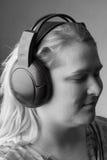 μουσική λιστών στη γυναίκ& Στοκ φωτογραφία με δικαίωμα ελεύθερης χρήσης