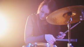 Μουσική ροκ γκαράζ εφήβων - ο ελκυστικός τυμπανιστής κρούσης κοριτσιών εκτελεί τη βλάβη μουσικής Στοκ Φωτογραφία