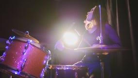 Μουσική ροκ εφήβων - κορίτσι με τον τυμπανιστή κρούσης τρίχας ροής που αποδίδει με τα τύμπανα Στοκ εικόνες με δικαίωμα ελεύθερης χρήσης