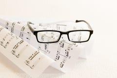 Μουσική φύλλων γυαλιά στοκ φωτογραφία