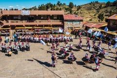 Μουσικοί και χορευτές στις περουβιανές Άνδεις σε Puno Περού Στοκ Εικόνες
