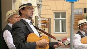 Μουσικοί οδών που παίζουν τις κιθάρες και που τραγουδούν τα τραγούδια, απόδοση, μουσική στο Ζάγκρεμπ απόθεμα βίντεο