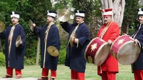Μουσικοί στα αρχαία τουρκικά στρατιωτικά κοστούμια φιλμ μικρού μήκους