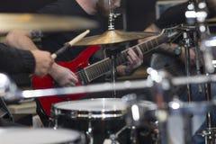 Μουσικοί της ορχήστρας ροκ στη συναυλία στοκ φωτογραφία με δικαίωμα ελεύθερης χρήσης