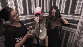 Μουσικός βιαστών με τα προκλητικά κορίτσια που χορεύουν και που κτυπούν megaphone απόθεμα βίντεο