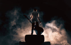 Μουσικός βράχου και μεγάλη κιθάρα, πολύς καπνός στοκ φωτογραφία
