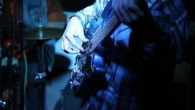 Μουσικός βράχου που παίζει την ηλεκτρική κιθάρα στη συναυλία απόθεμα βίντεο