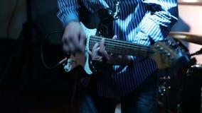 Μουσικός βράχου που παίζει την ηλεκτρική κιθάρα στη συναυλία φιλμ μικρού μήκους