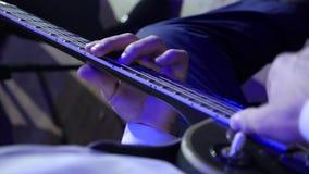 Μουσικός βράχου που παίζει την ηλεκτρική κιθάρα Κινηματογράφηση σε πρώτο πλάνο φιλμ μικρού μήκους