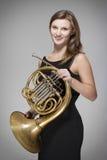 Μουσικός γυναικών με το γαλλικό κέρατο Στοκ Εικόνες