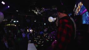 Μουσικός εισηγητή που αποδίδει με το DJ στην άσπρη σκηνή λεσχών κομμάτων πουκάμισων τη νύχτα φιλμ μικρού μήκους